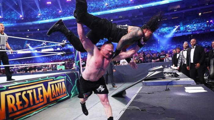 Ecco cosa ha detto Brock Lesnar all'arbitro prima di battere Roman Reigns