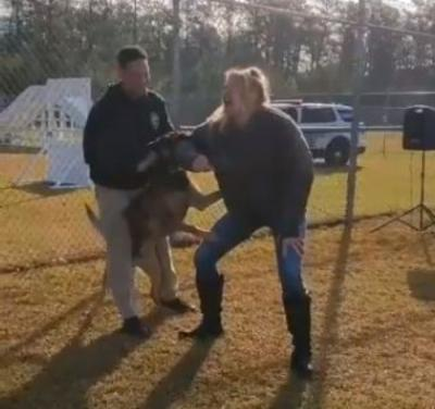 WWE, Lacey Evans attaccata da un cane della polizia: il video diventa virale